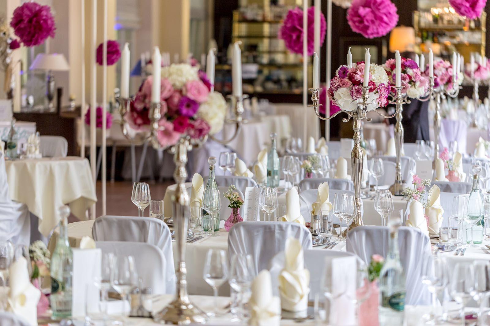 Hochzeitsdekoration für die süsse Hochzeit mit Silberleuchtern und Blumenkugel.