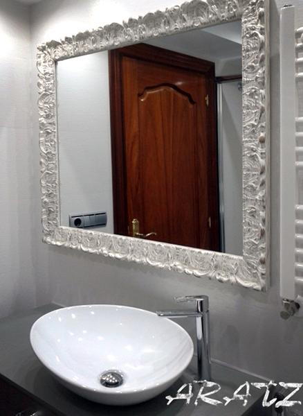 Espejo para ba o con moldura blanca decapada imagenes de - Lamparas para espejos de bano ...