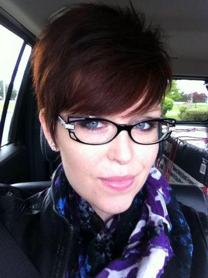 Coupe de cheveux courte pour femme avec lunette b5ff90533db5