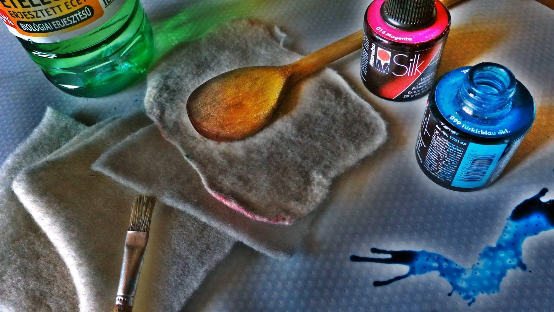 Auf Filz färben, schablonieren mit Seidenmalfarben