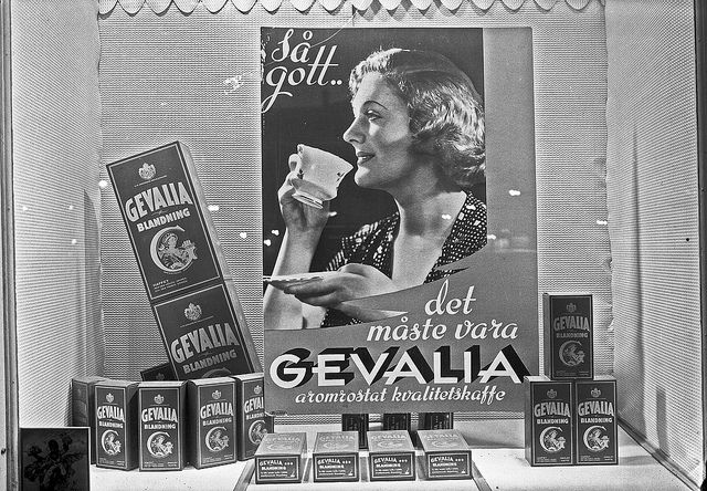 "Gevalia Blandning/Blend  En skyltning från 1950-talet, ""Så gott..det måste vara GEVALIA aromrostat kvalitetskaffe"". / A window display from the 1950s, ""So good..it must be the GEVALIA aroma roasted quality coffee.""   Foto: Carl Larsson, Gävle"