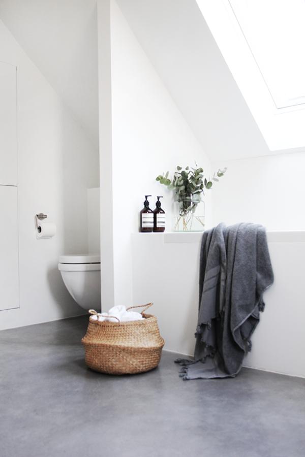 Bathroom White Walls Light Grey Floor Chicdeco Modern Minimalist Bathroom With Concrete Floor Serene Badkamer Badkamer Gietvloer Badkamer