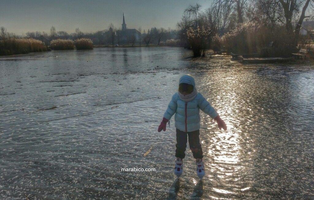 Patinando en un lago natural con mi hija.