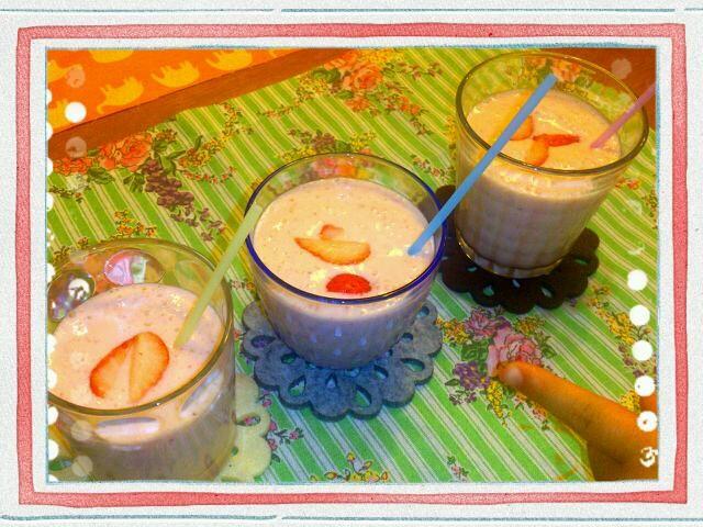 夜のデザーツ (♡>艸<♡) ///  取れたて苺とバナナを牛乳、バニラアイスクリームをミキサーにinさすがにあまり色づいてにいないイチゴちゃんなので赤みはありませんがさわやさな甘酸っぱさが新鮮で美味しかったです (*ºัڡºั *) - 71件のもぐもぐ - イチゴバナナスムージー (*´∨`*)inバニラアイス by ゆき