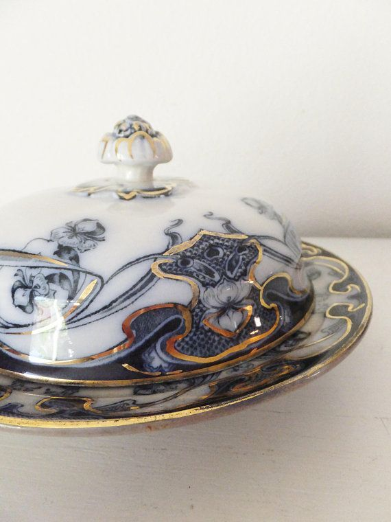 Antike Staffordshire Iris Blue Flow Art Nouveau-Stil Covered Dish Blau Weißgold Porzellan Serviergeschirr Cloche Dish Butter Dish Cheese Dish - #antike #cloche #covered #nouveau #porzellan #serviergeschirr #staffordshire - #VintageWohnkultur