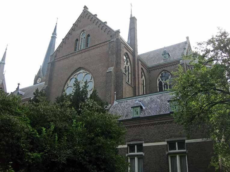 Dobbelmannweg met zicht op de achterkant van de Groenestraatkerk H.Antonius en St.Anna.