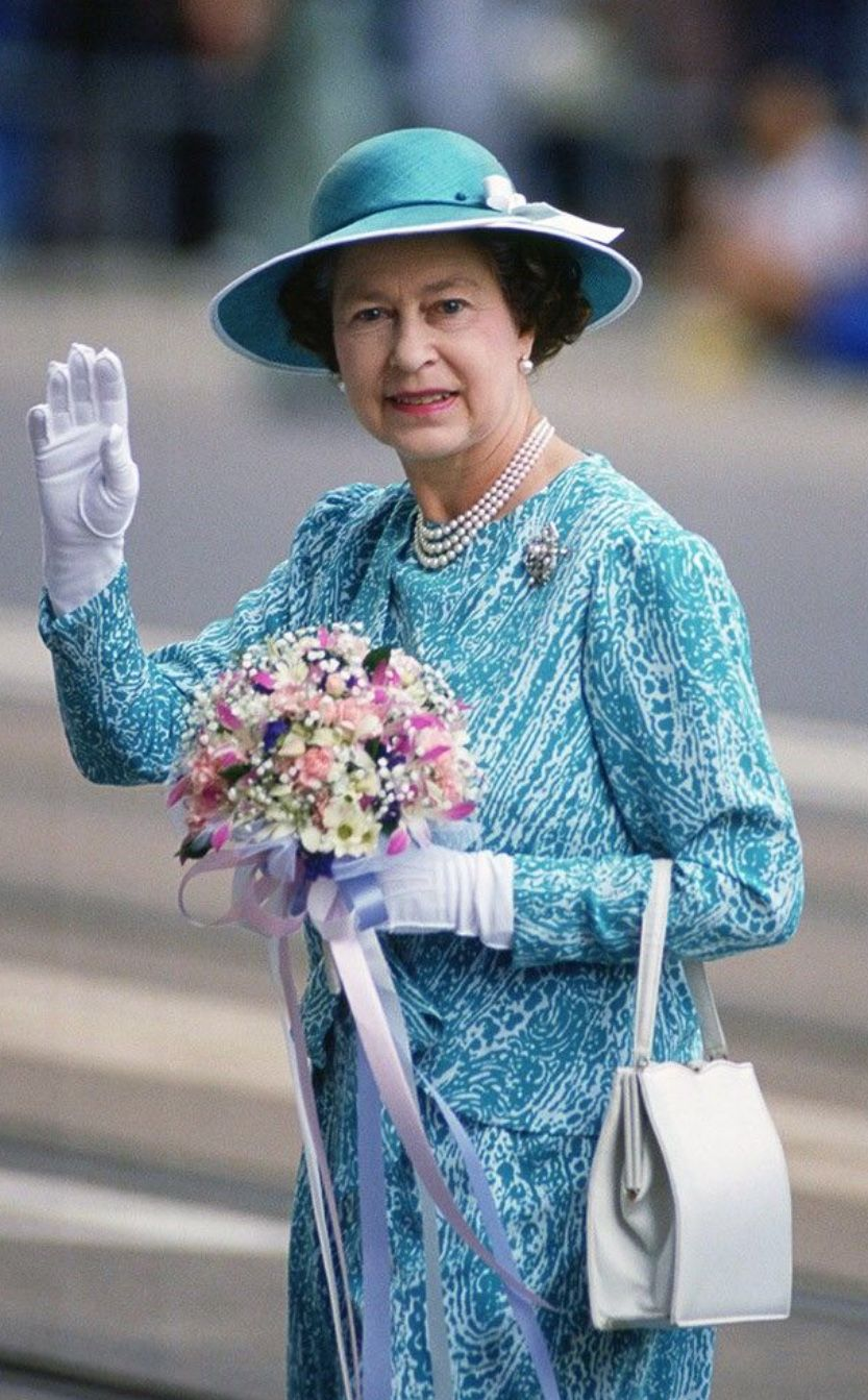 Garderobe Queen Elizabeth Queen Elizabeth Ii Stands Out In Robin S Egg Blue During A Visit
