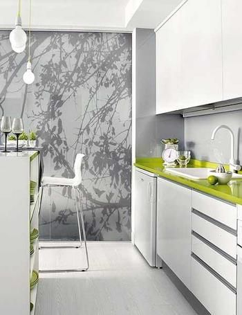 cocina moderna con muebles lacados en blanco y encimera color verde ...