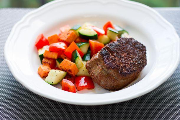 Filet mignon et sauté de patates douces!  409 calories / 36 g glucides / 38 g protéines / 13 g lipides / 7 g fibres
