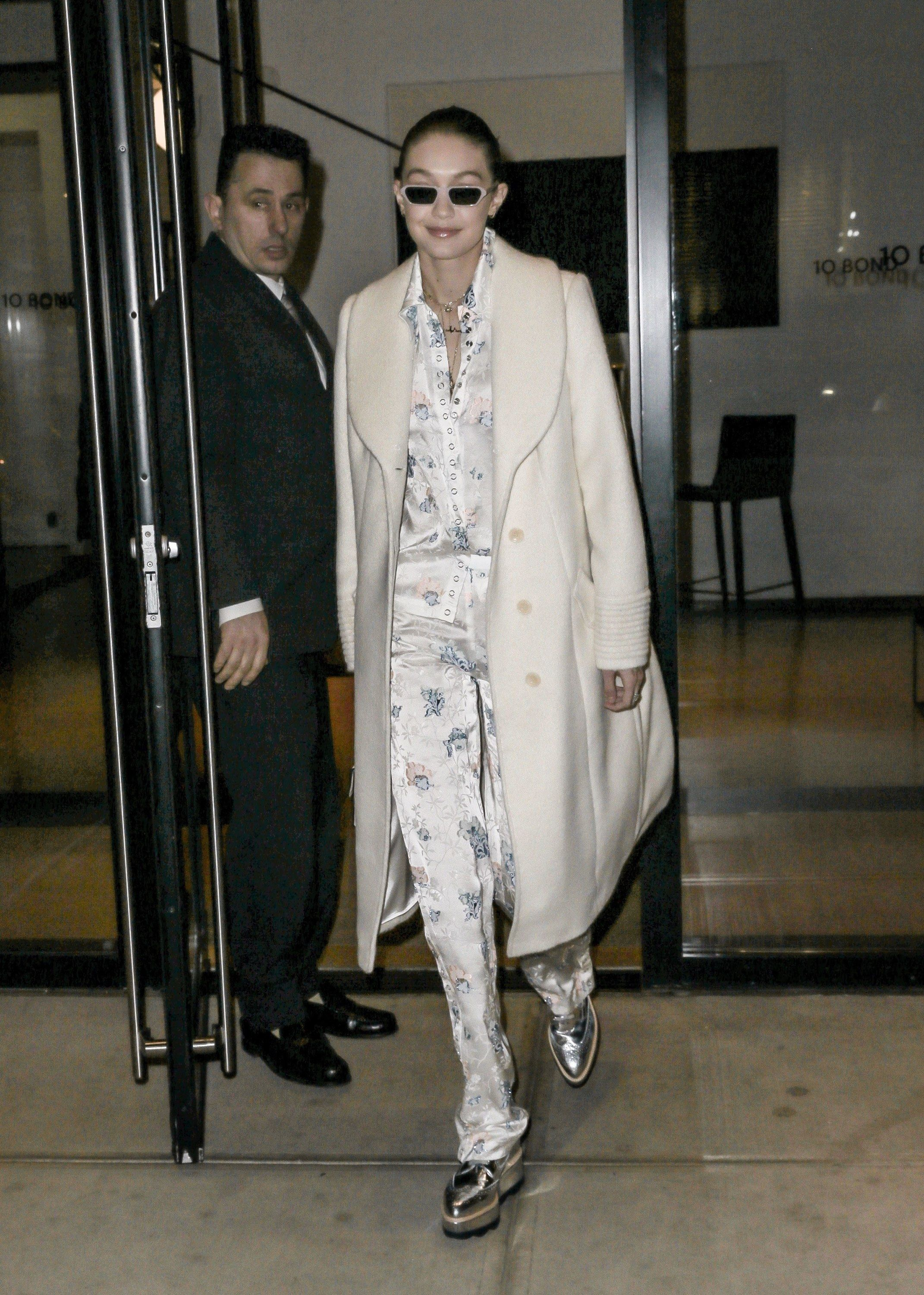 1aaa6ffcdbf4 Victoria Beckham Touches Down in New York With a Fresh New Travel ...