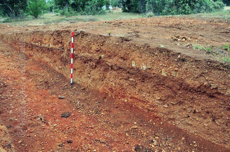 Sección arqueológica de la excavación en la cañada en la zona del sestero. Detalle de la cimentación, del paquete del firme y del suelo natural.