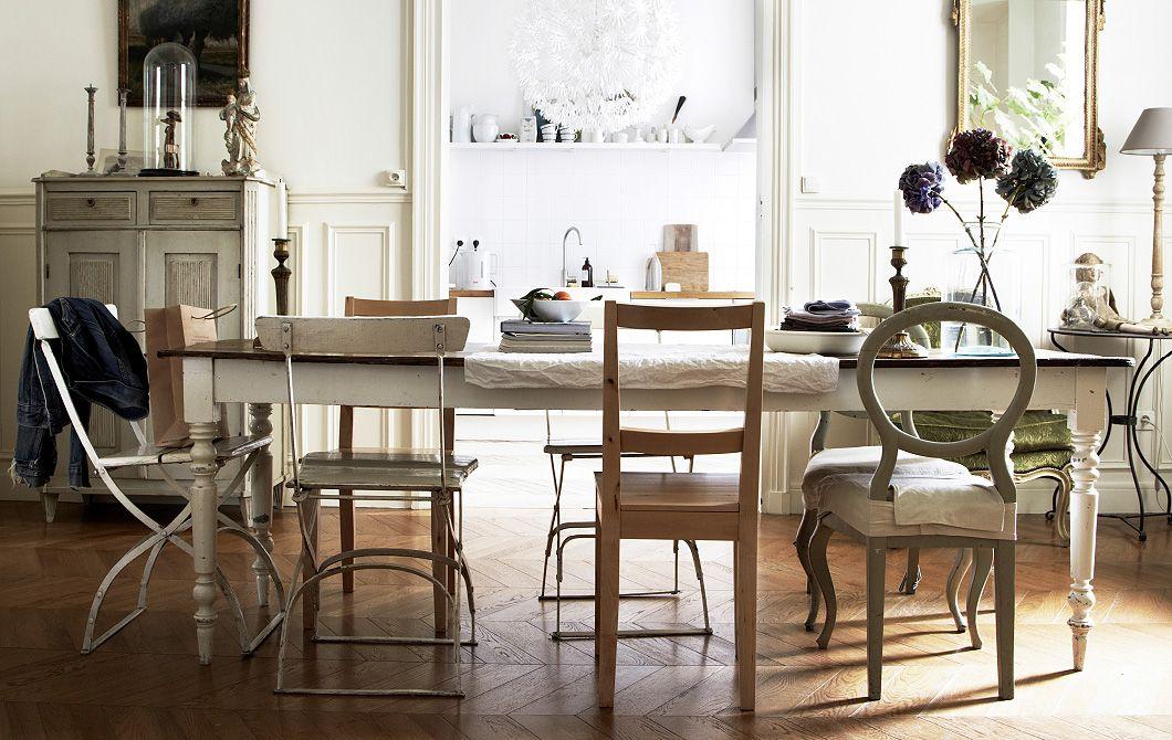 Rôznorodé starožitné stoličky vytvárajú neformálnu a pokojnú jedáleň v domove štylistu Hansa Blomquista