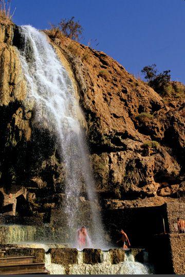 Ma In Hot Springs Es Una Cascada Ubicada En Wadi Mujib Y Sus Aguas Alimentan Al Mar Muerto Cascadas Lugares Del Mundo Mar Muerto