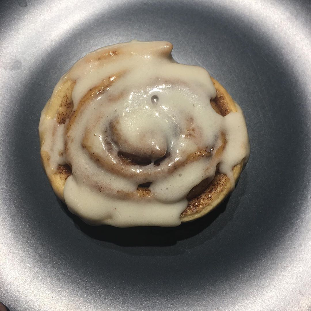 Fall 🍂 is here, and so is my homemade cinnamon roll 🥰.... let's enjoy!! Ps:Ivanka was my helper💕