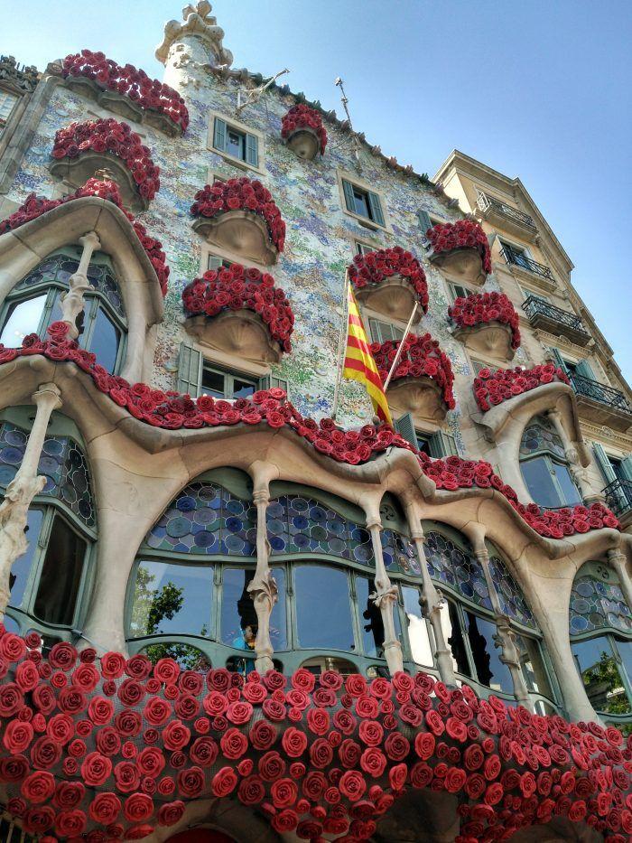 Casa Batlló Dia De Sant Jordi Http Www Magradacatalunya Cat 2017 04 21 Casa Batllo Barcelona Barcelona Lugares Barcelona Ciudad Fotos De Barcelona