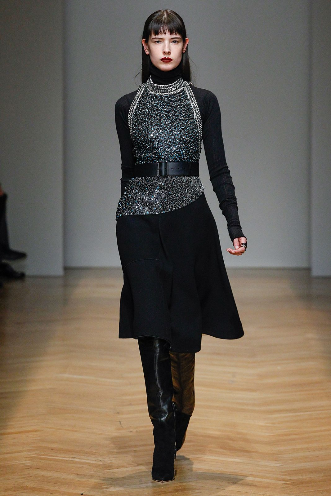 Black and silver sequins chainmail on total black look. AquilanoRimondi FW 2017-18 fashion show.