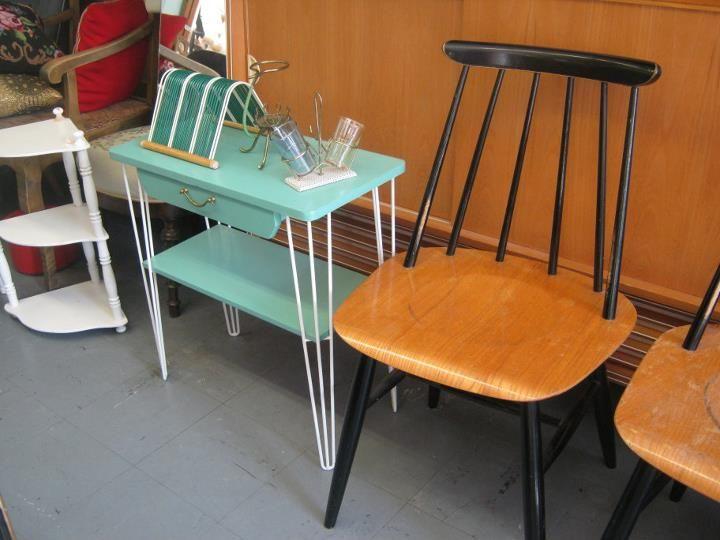 Toi mintunvihree pikkupöytä! <3 <3 ja LP/sinkkuteline.  Joo ja kelpais noi Tapiovaaran tuolitkin.