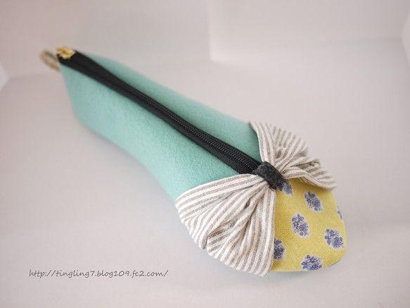 パンプスをイメージした靴型のペンケースです。厚手のフエルト素材で