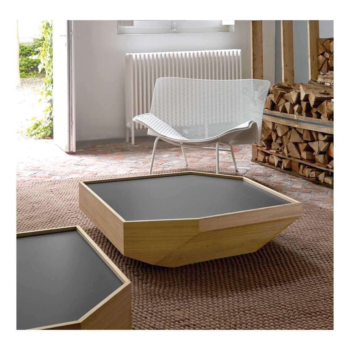 Deze aparte #salontafel van #Ligne #Roset is gecombineerd met ruw en gelakt hout. Een geweldig resultaat! #Numéro #III met het ontwerp #Poppy #Patterson.