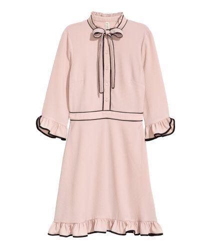 Puderrosa. Knielanges Kleid aus Kreppstoff mit kontrastfarbigen ...