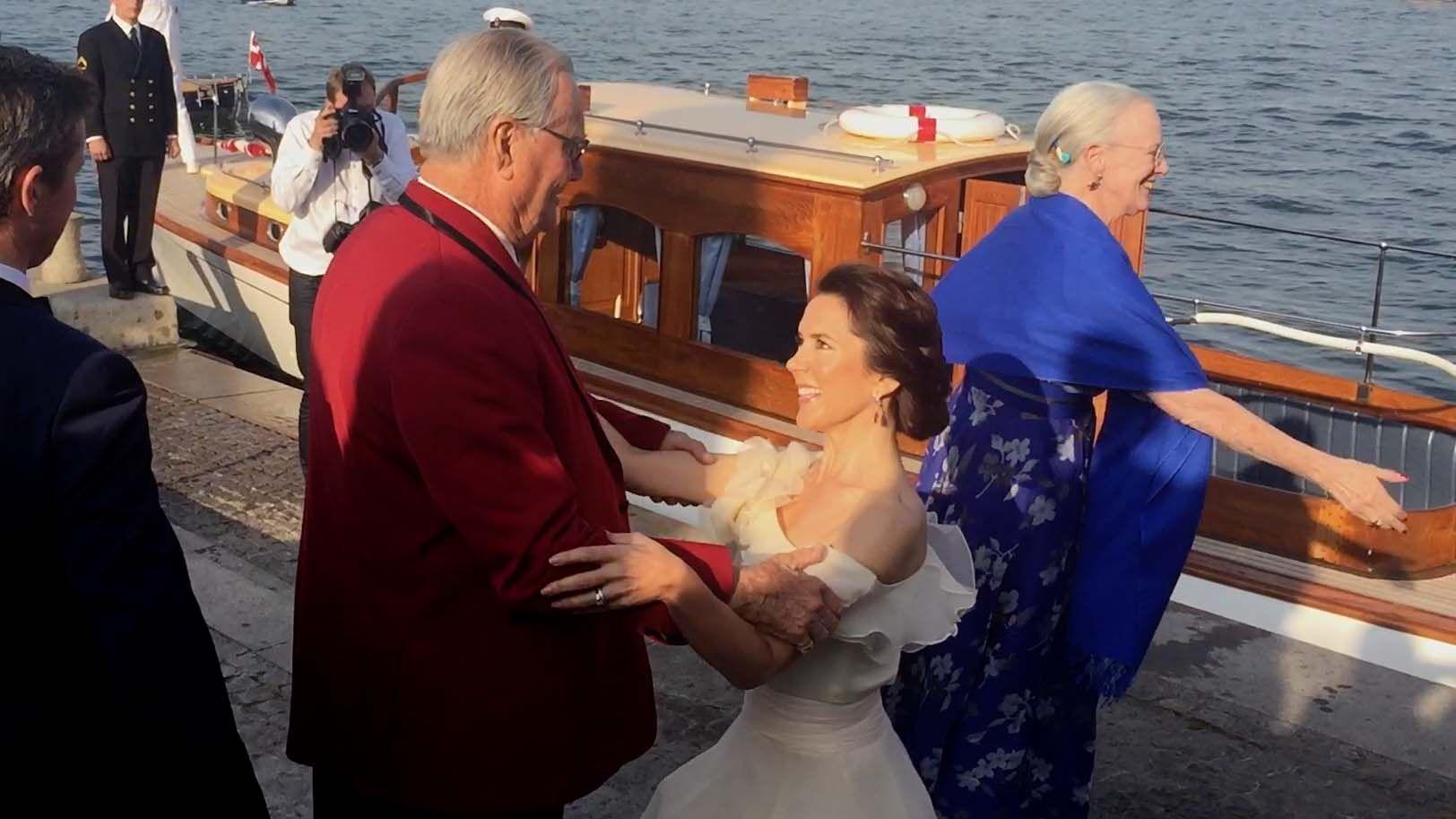 Kongelig Dansk Yachtklubs 150-års jubilæumsfest blev indledt med stil. Regentparret og kronprinsparret kom sejlende i chalup til Operaen, der dannede rammen om begivenheden.