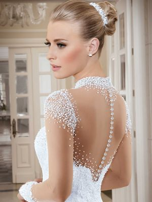 a0dbf2298 Vestido de noiva rodado com nesgas – Gola alta com mangas longas Vestido em  renda e barrado Transparências, gola e mangas, bordadas com diversos  tamanhos de ...