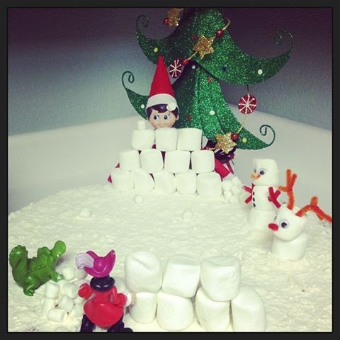 Elf on the Shelf - Snowball fight