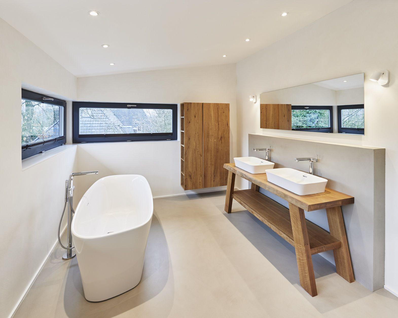 Schlichtes, modernes, hochwertige Badezimmer mit freistehender ...