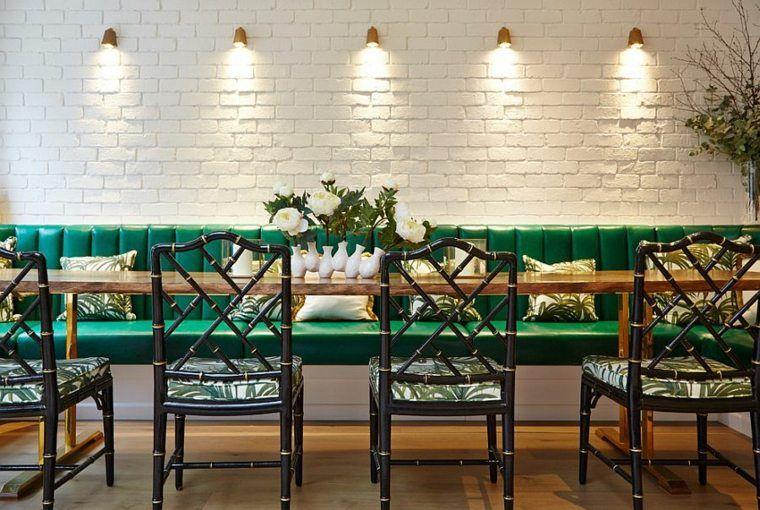 Idée de déco de salle à manger avec mur en brique blanc et appliques