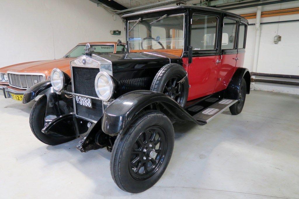 FIAT 503  Fiat 503 blev bygget fra år 1926 til 1927 og var en meget vigtig model for Fiat. Med 503 modellen demonstrerede Fiat nemlig deres potentiale for at producere store biler. Den var en direkte afløser af den populære 501 model, som blev produceret i årene 1919-1926. 503 modellen kom med en moderne forbedret 2.2 L 4-cylinder motor og blev produceret i 42.000 stk.  Der er nu mulighed for at erhverve sig denne sjældne veteranbil, som fremstår i yderst god stand.   DENNE BIL Her er tale…