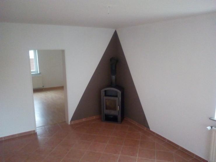 Sanierte und komplett renovierte 2-Zimmer-Wohnung im EG (Hochparterre) eines 3-stöckigen Mehrfamilienhauses. Die Wohnung hat Isofenster, ...