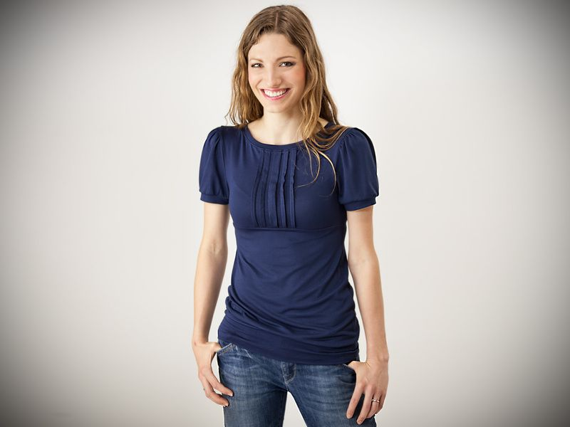 """Dieses süße Shirt trägt den Namen """"Moni"""" und ist aus dunkelblauem Jersey. Monis Vorderteil ist Falten gelegt und hat schöne kurze Puffärmelchen. Da..."""