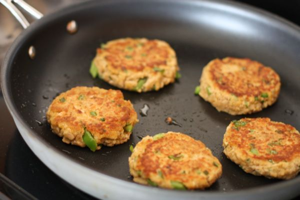 how to cook raw salmon burgers