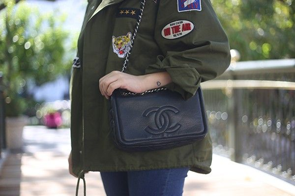 Look da Ka: casaco militar com patches e tee divertida