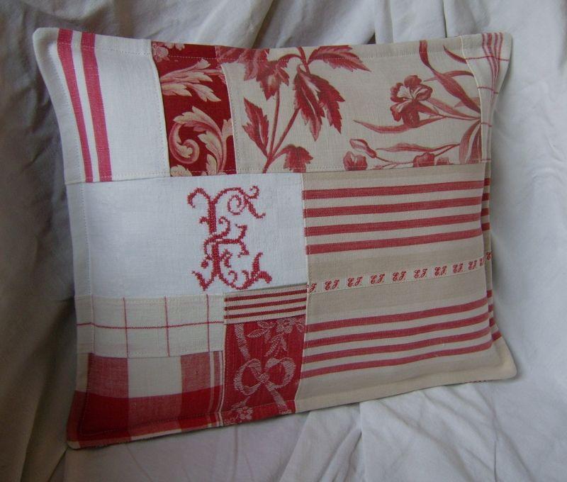 coussin patchwork beige monogramme et pampille photo de les coussins d 39 aston l 39 atelier d. Black Bedroom Furniture Sets. Home Design Ideas