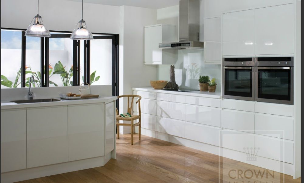 Lush kitchen | White gloss kitchen, White kitchen decor ...