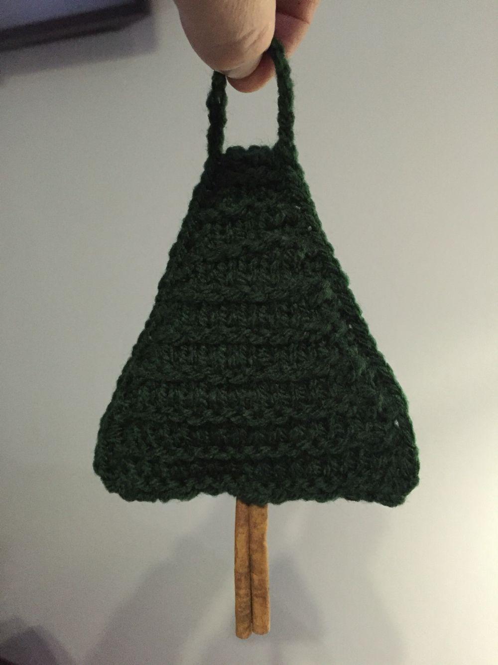 Strikket juletræ med kanelstamme