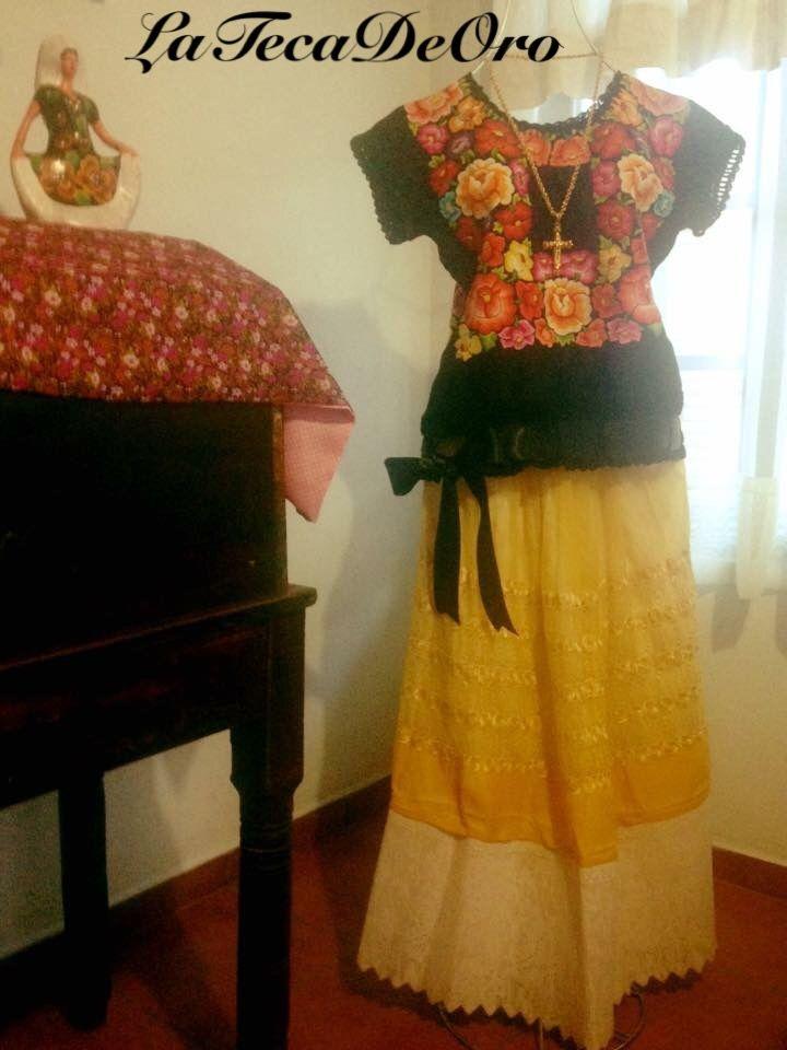 Huipil bordado a mano con hilos de seda, enmarcado con crochet y ...