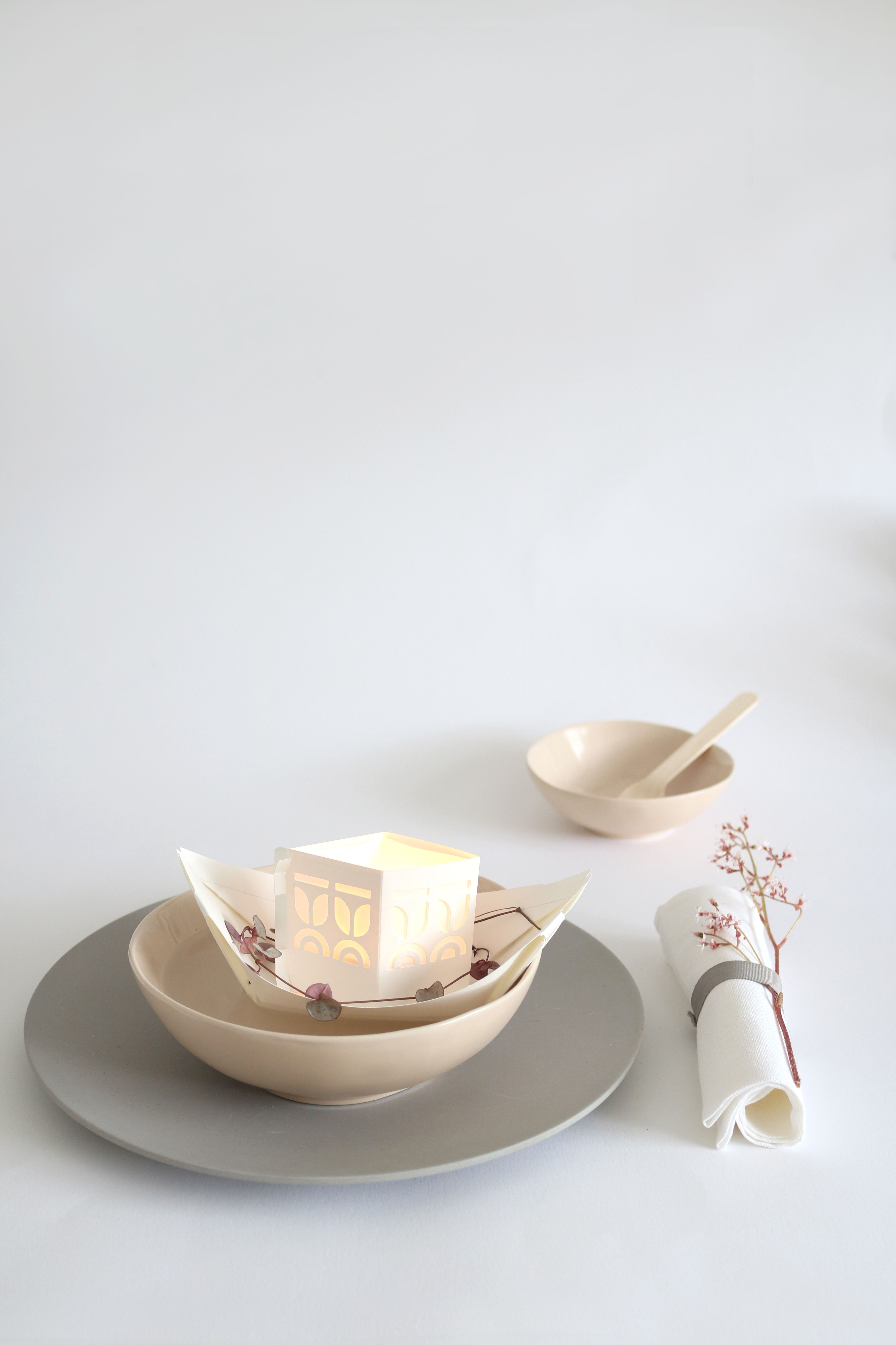 Looking for wedding table deco ideas? Rejse floating light boat with the name of your guest on it, floating on a little bowl...
