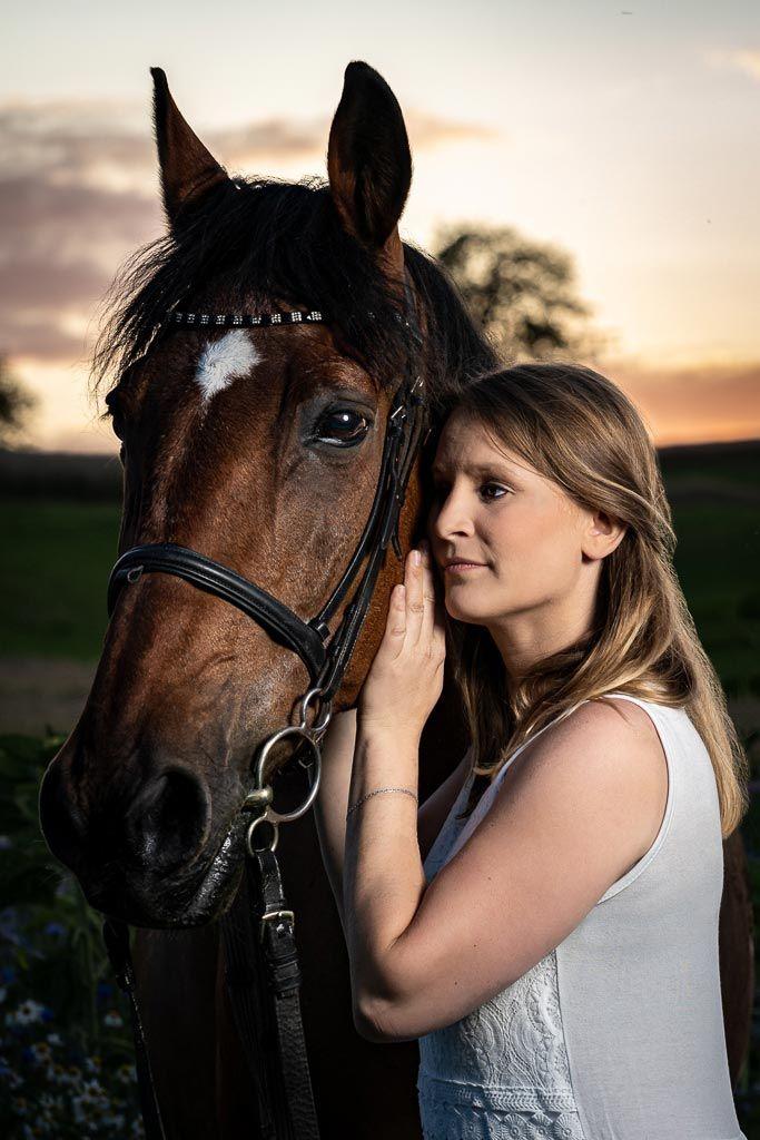 Portrait Shooting junge Frau schönes Kleid mit Pferd auf
