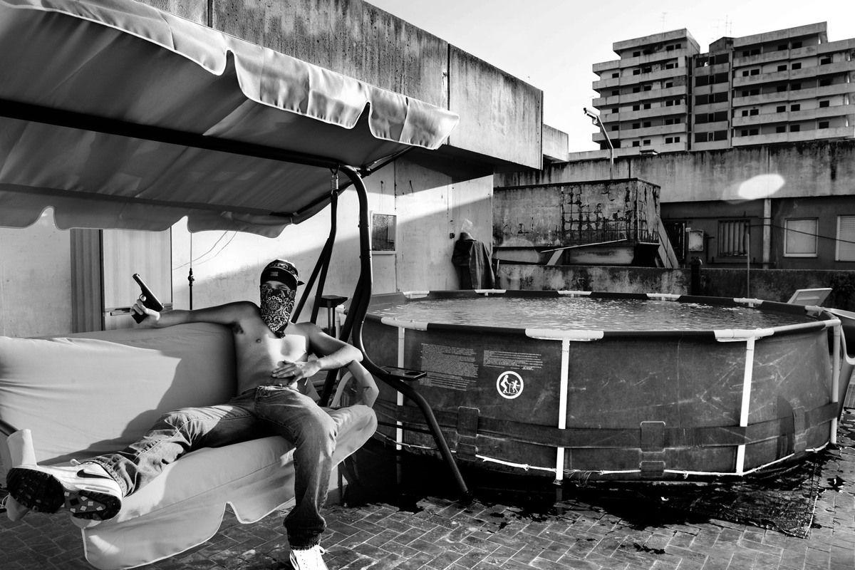 Categoría #Sociedad: Barrio de #Forcella, en #Napoles. Según el fotógrafo, esta zona bajo poder de la Camorra desde los 70 es la mayor zona de venta de #drogas en #Europa