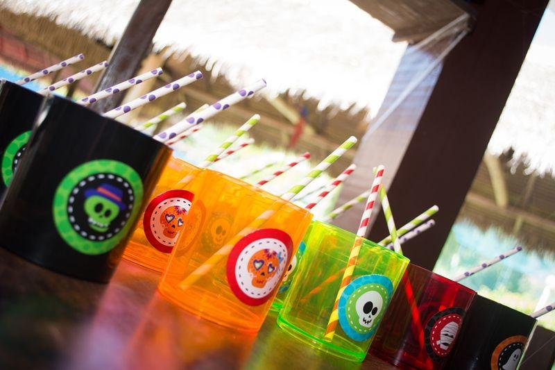 Copos coloridos de caveirinha para festa infantil criativa