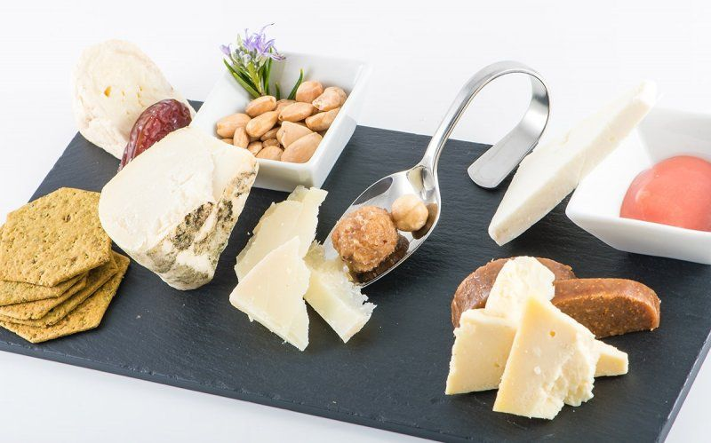 ¿Cómo preparar una tabla de quesos? - http://www.conmuchagula.com/como-preparar-una-tabla-de-quesos/?utm_source=PN&utm_medium=Pinterest+CMG&utm_campaign=SNAP%2Bfrom%2BCon+Mucha+Gula