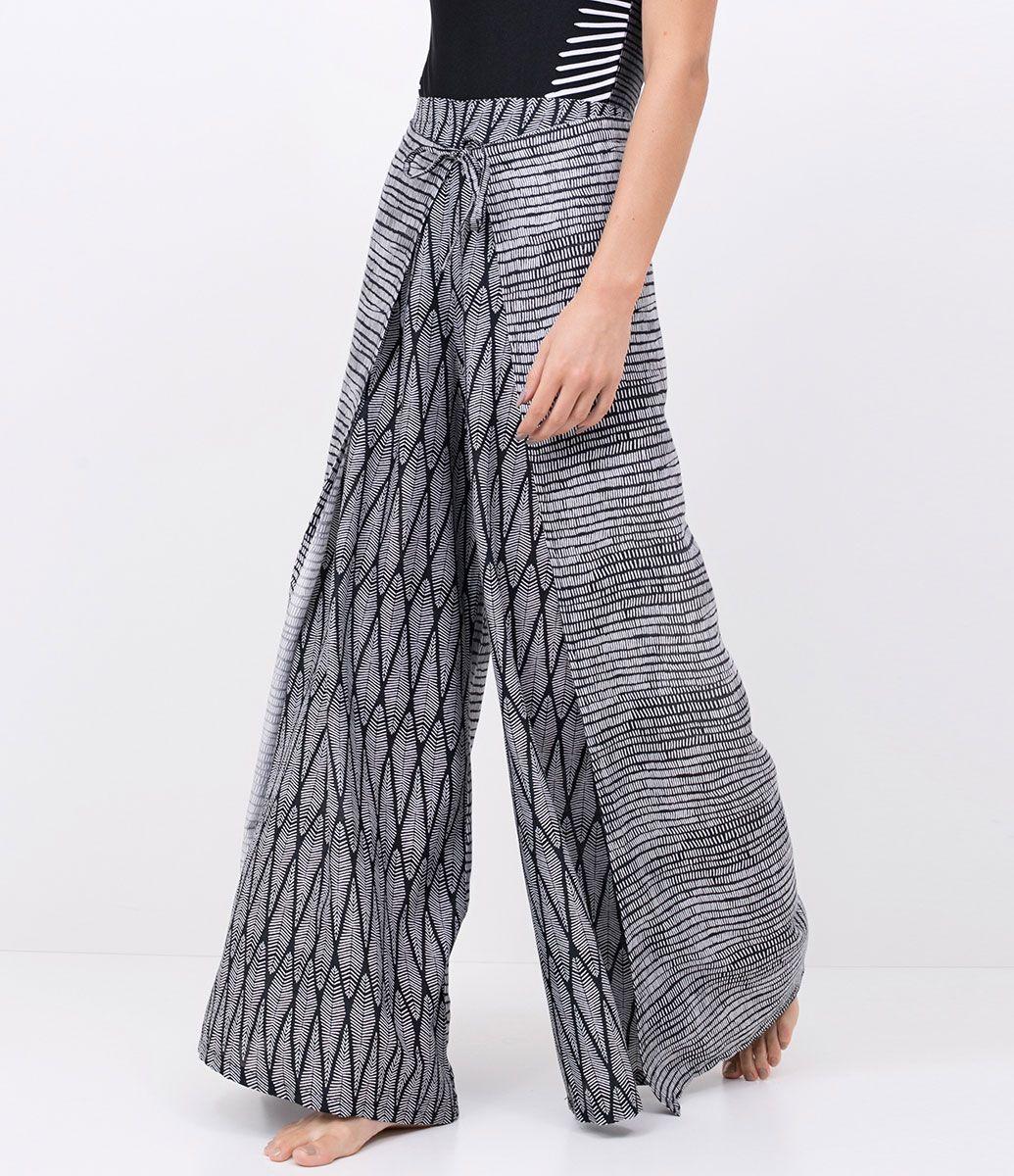 ddff82d6ff Saída de praia Calça pantalona Estampada Transpassada Com amarração  Abertura lateral Marca  Bossa Nossa Tecido