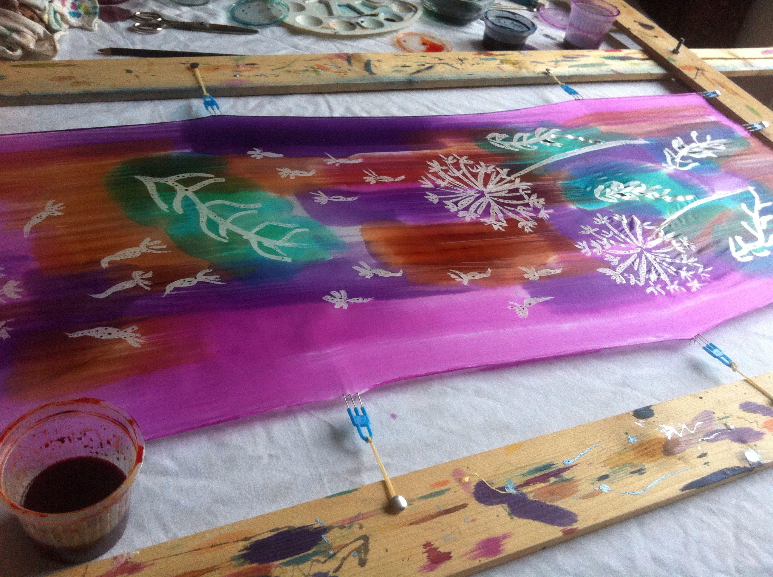 Batik con cera fría. Aplicar con pincel todos los colores pero sin mezclarlos entre si.
