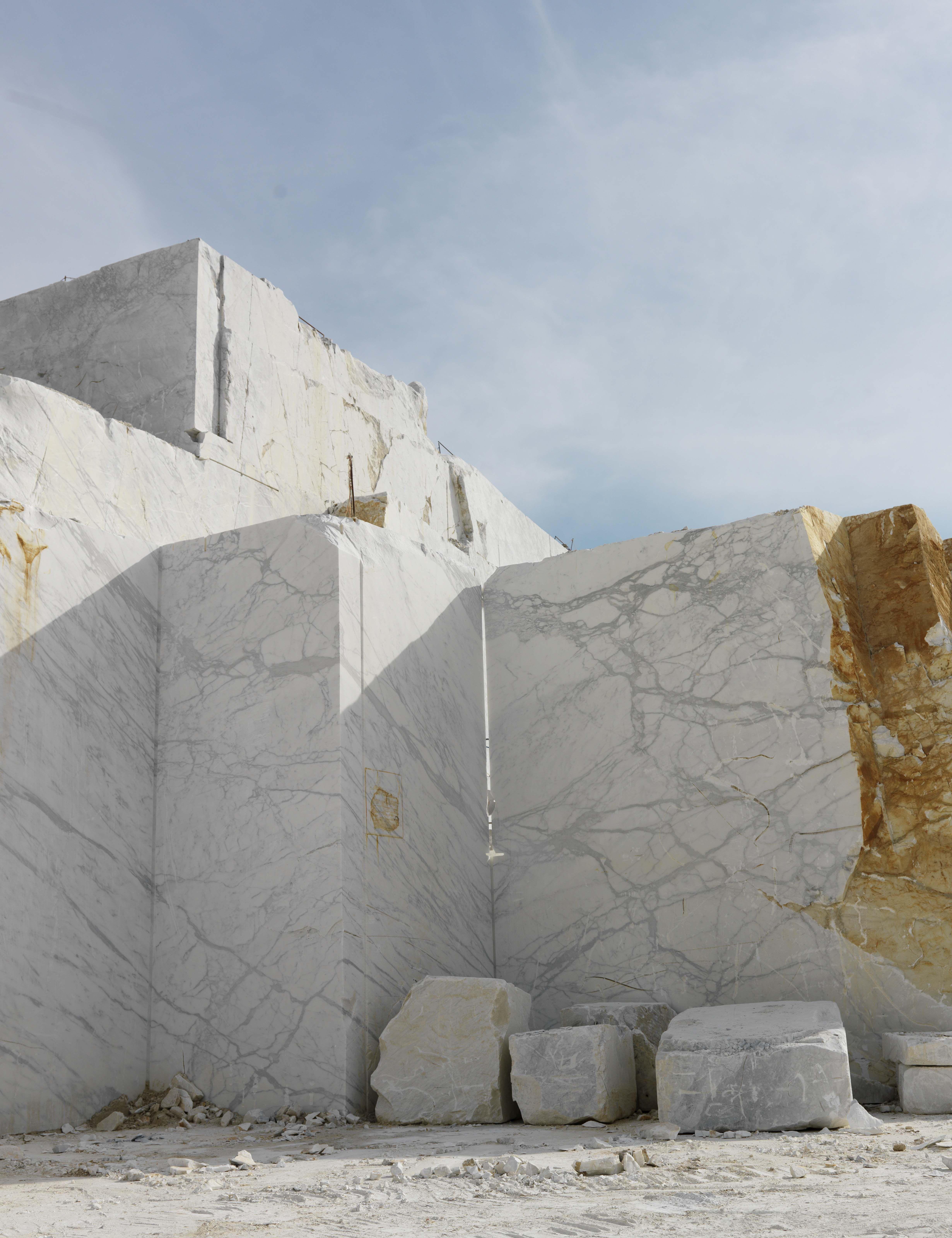 White Marble Rock : Marble quarry carrara calacatta and statuario best