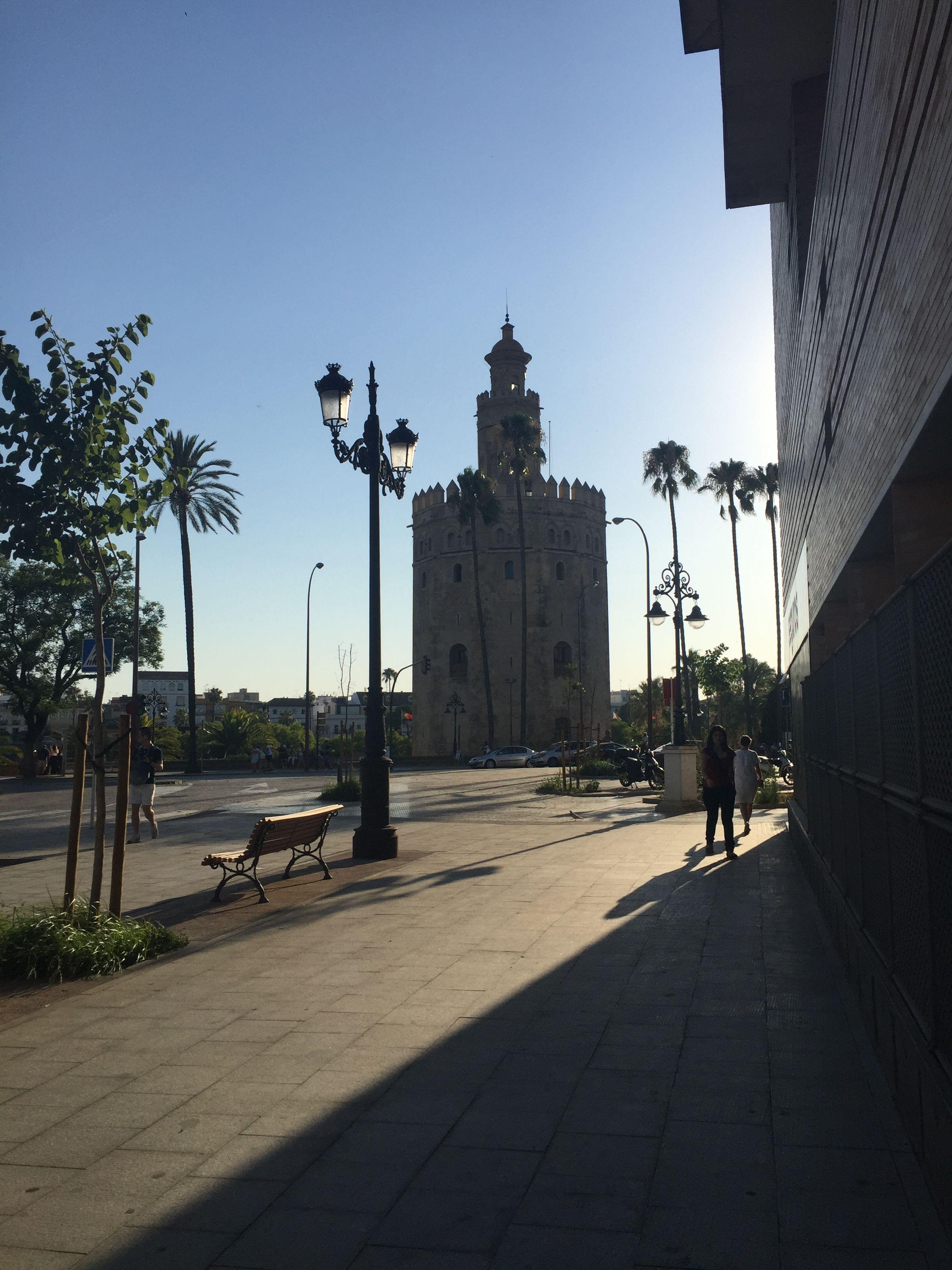 Giralda de Sevilla. Es el minarete de la antigua mezquita sobre la que se construyó la catedral. Es coronada por una desmesurada de veleta de bronce.