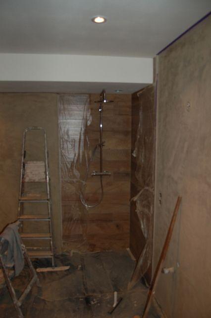 Flinke vorderingen. Plafond gereed, spotjes erin en de douche ...