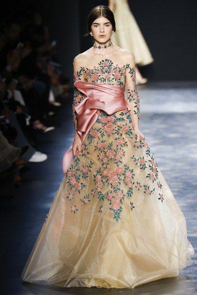 Morrendo com este vestido longo bordado à la princesa de contos de fadas da Marchesa. Inverno 2016. Saiba mais no meu blog.