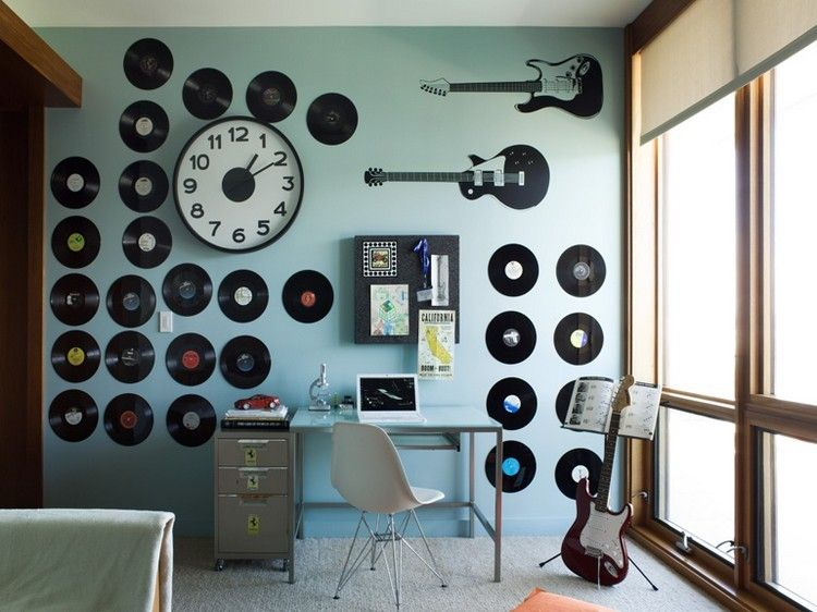 rangement vinyle d coration murale en disques vinyles dans le bureau de maison chaise eames. Black Bedroom Furniture Sets. Home Design Ideas